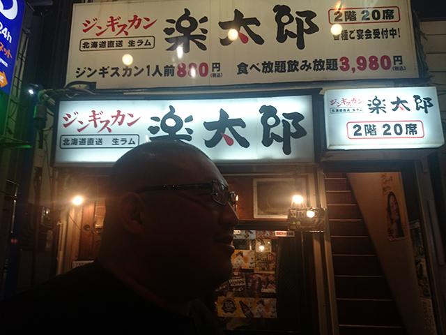 店の写真を撮ろうとしても、退くことを知らない後輩の柴田選手。